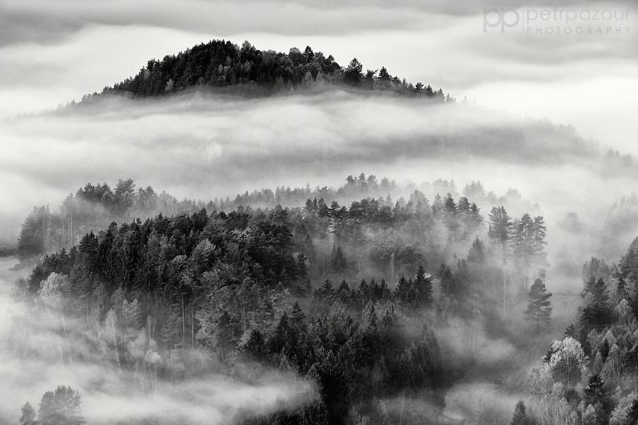 České Švýcarsko zaplavené mlhou