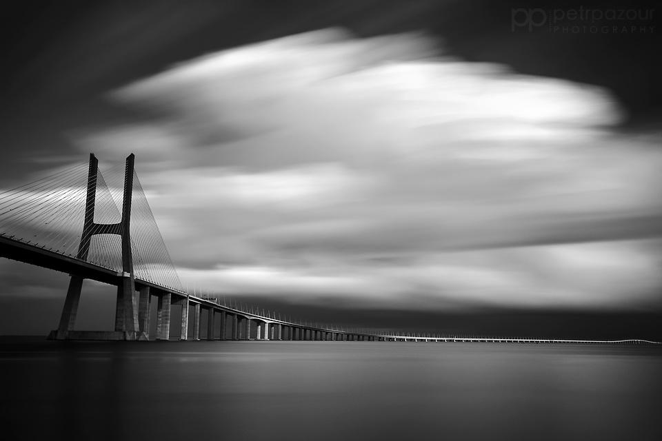 Světelné hrátky u mostu Vasco da Gama